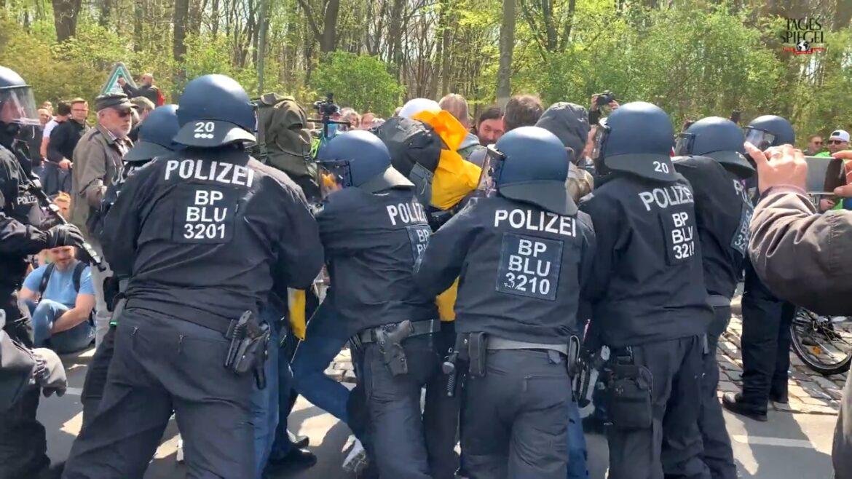 Dvojí metr německé policie – stovky řvoucích Arabů v ulicích jsou v pořádku, slušní demonstranti proti covidovým opatřením jsou biti (videa)