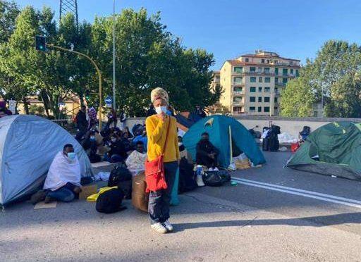 Padesát Somálců se utábořilo na mostě ve Florencii