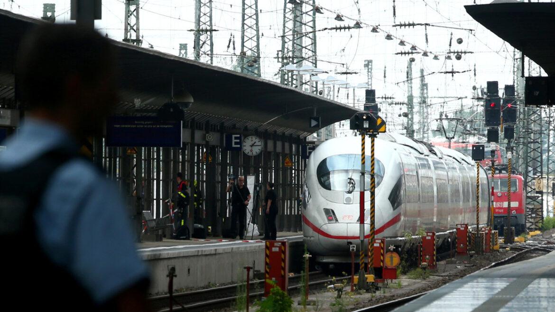 """Německo: """"Allahu akbar,"""" křičel Syřan ve vlaku – vlak musel být zastaven a nádraží vyklizeno"""