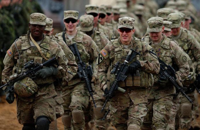 USA následují Francii: Více než 120 generálů ve výslužbě podepsalo dopis proti politice Bidenovy administrativy