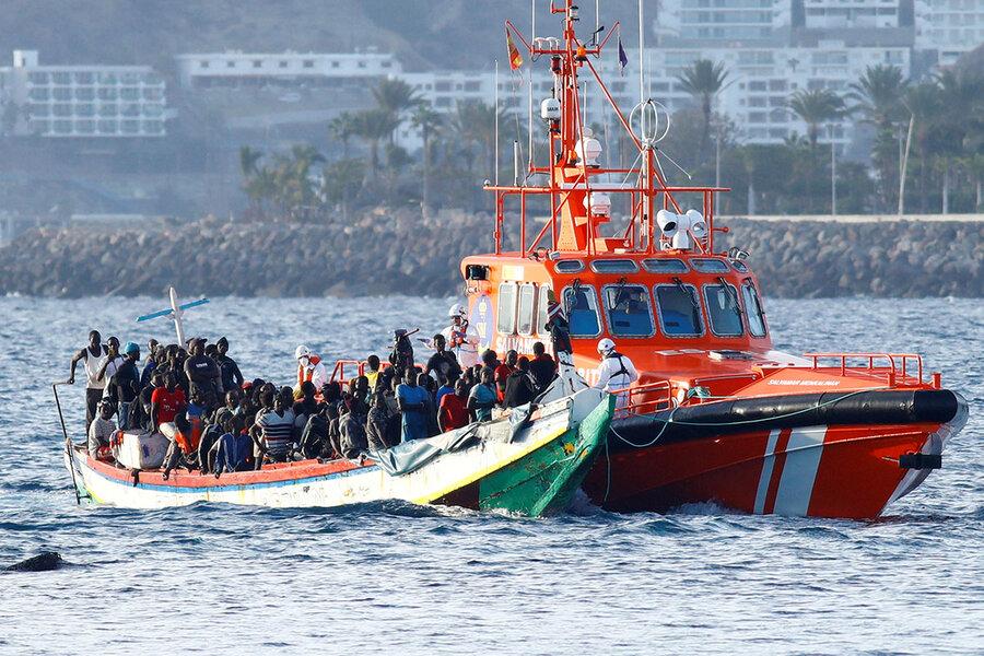 Španělská pobřežní stráž vyzvedává ilegály u afrického pobřeží