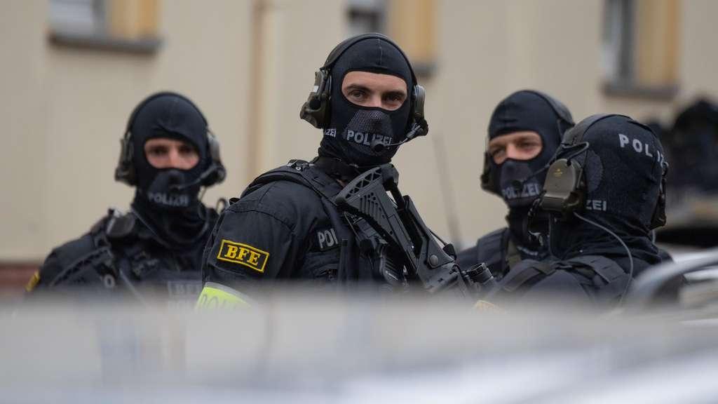 Frankfurt nad Mohanem: Muž zaútočil na policisty se střelnou zbraní a nožem, ti ho zastřelili