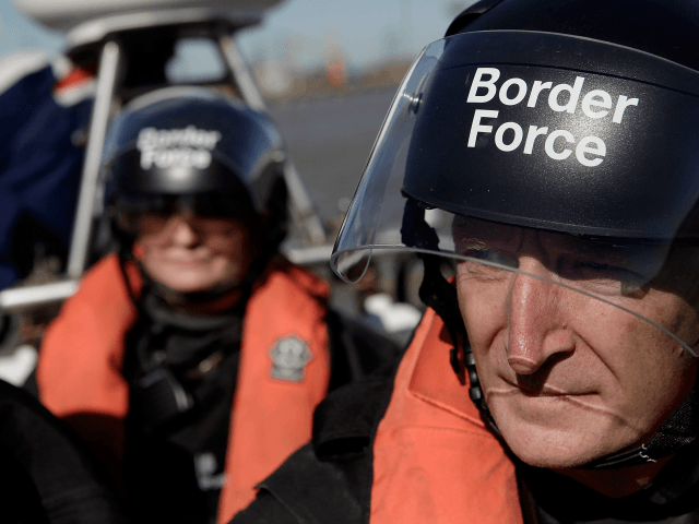 Britská pobřežní stráž vplouvá do francouzských vod, kde si vyzvedává ilegály a vozí je do Doveru