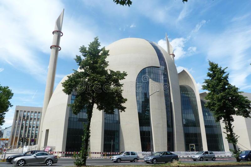 """""""Alláhu, jsi náš ochránce, pomoz nám zvítězit nad bezvěrci,"""" říká nápis v mešitě v Kolíně nad Rýnem"""