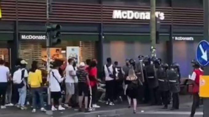 Itálie: Smečka afrických vetřelců útočí na karabiniéry (video)