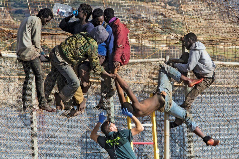 Do španělské exklávy Melilla se pokusilo dostat 150 Afričanů, na policisty házeli kameny (video)