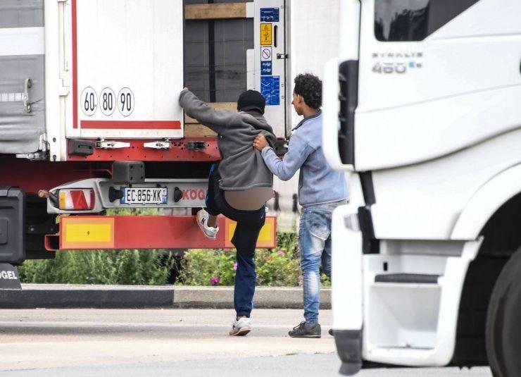Do španělského kamionu se ve Francii pokusili dostat dva afričtí vetřelci, řidiče bodli nožem