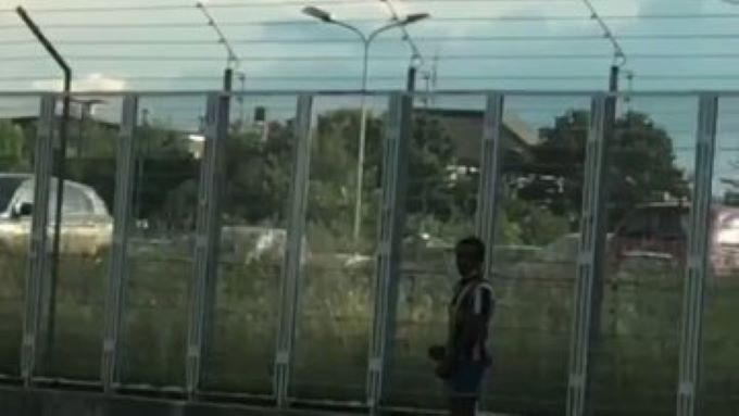 Itálie: Afričan masturbuje před ženou s dítětem (video)