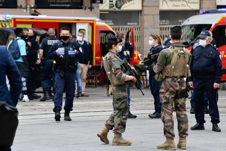 Francie: Muž bodal na ulici kolemjdoucí šroubovákem, celkem čtyři zranil