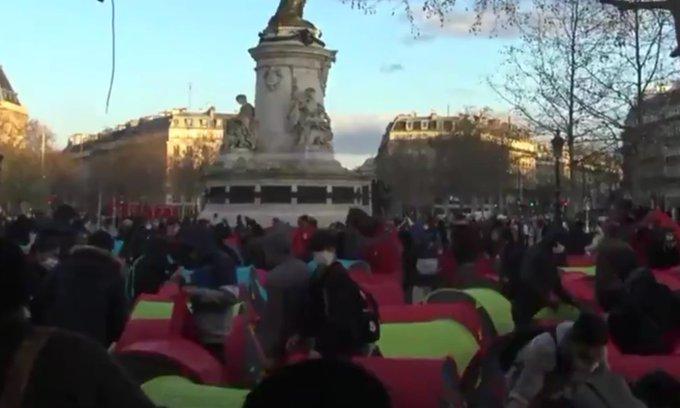 Ilegálové si opět postavili uprostřed Paříže stanový tábor (video)