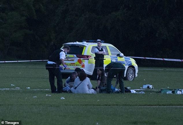 """Gang """"mladíků"""" s meči a mačetami honil v londýnském Hyde Parku muže, nakonec ho pobodali (video)"""