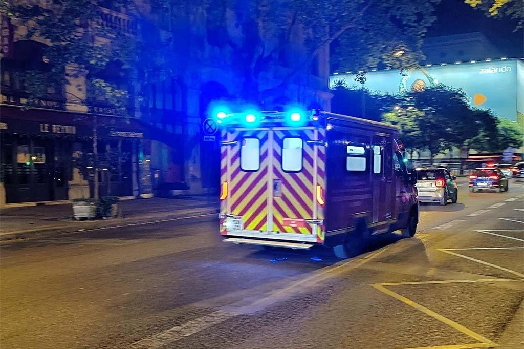 Paříž: Tři muži byli napadeni bandou lupičů, jeden byl pobodán, dva vhozeni do řeky