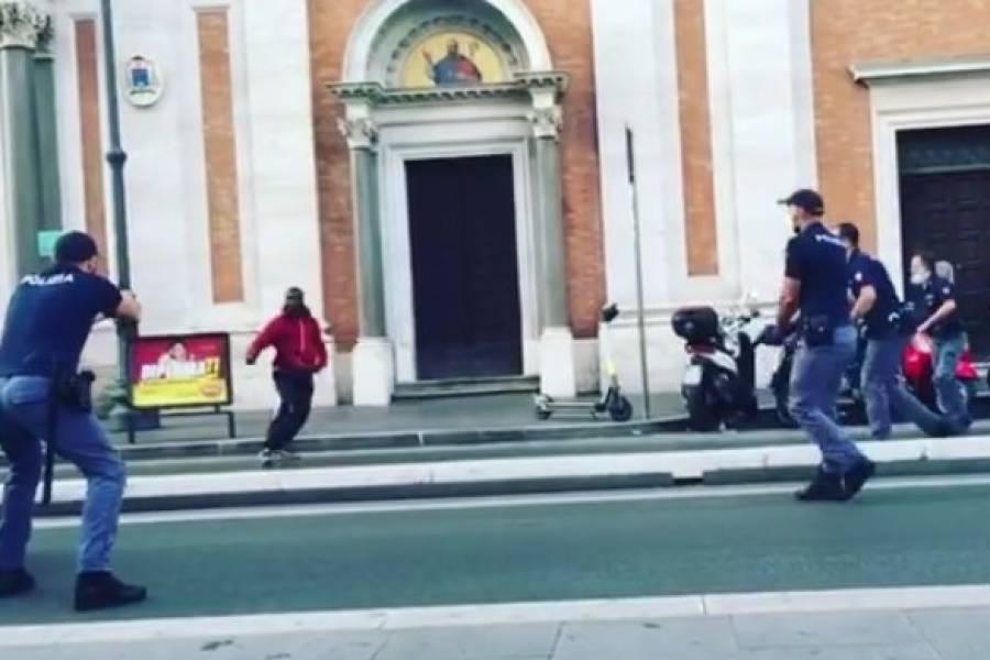 Soudce osvobodil Afričana, který s nožem ohrožoval lidi v Římě, policista, který ho postřelil, byl obviněn