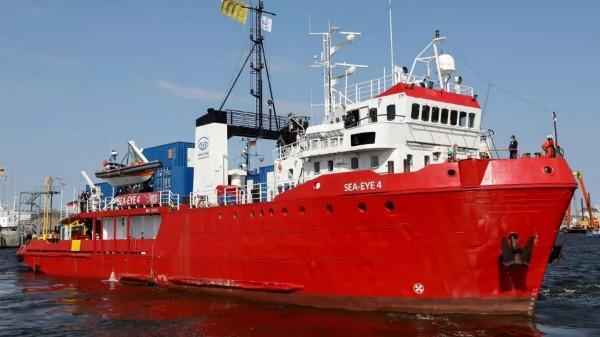 Pašerácká loď byla poté, co v Itálii vylodila 415 Afričanů, zablokována v další cestě