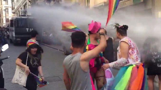 LGBTQ pochod v Istanbulu rozehnali slzným plynem, gumovými projektily a obušky (video)
