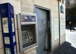 Paříž: Dva lupiči se neúspěšně pokusili použít auto coby beranidlo, aby se dostali do bankomatu (video)