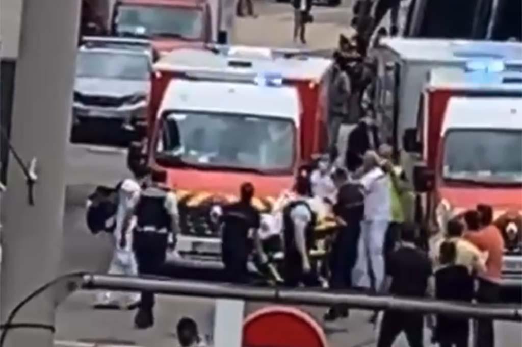 Francie: Senegalec ubodal mladého prodavače v obchodním centru, druhého těžce zranil (video)
