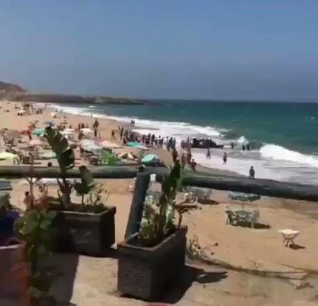 To si tak sedíte na pláži, když náhle vyrazí z moře nepřátelská armáda (video)
