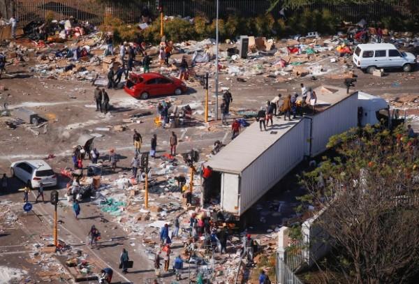 Apokalypsa v JAR – celá města srovnaná se zemí a vyrabovaná, lidé nemají přístup k potravinám a lékům (videa)