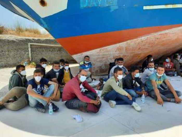 Podívejte se na část z 80 muslimských dětí, které včera přistály v Kalábrii
