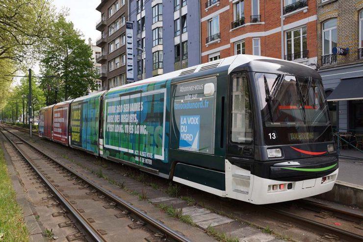 Francie: Muž v tramvaji vyhrožoval cestujícím, že bezvěrcům podřízne hrdla a zabije bílé