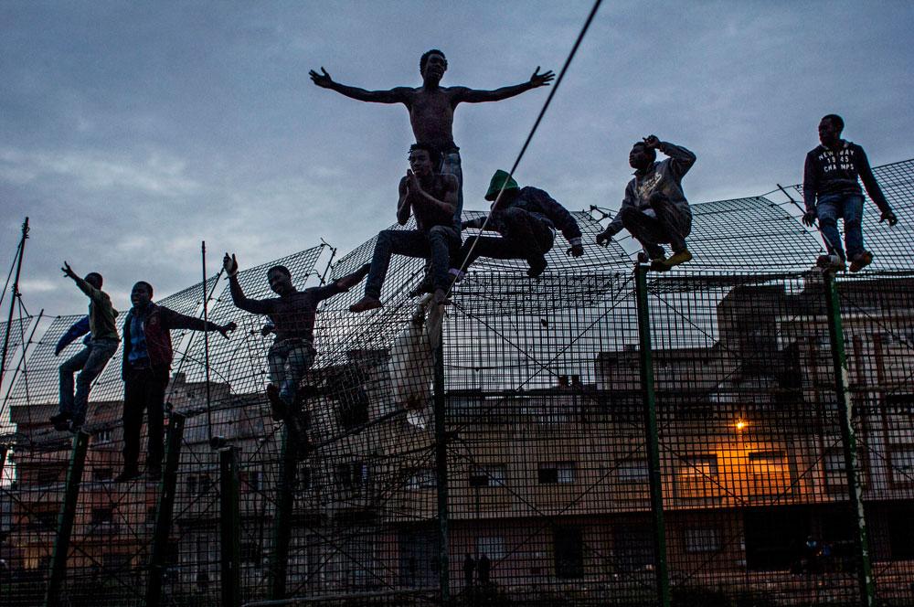 Invaze do španělské Melilly pokračuje, také dnes nad ránem přelezla skupina Afričanů plot (video)