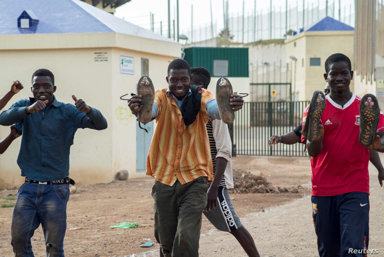 Stovky Afričanů dnes přelézají ploty do španělské exklávy Melilla, policie příval nezvládla (videa)