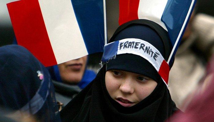 Francie: Pravidla oblékání dívek na školách někde určují muslimští žáci