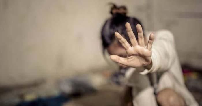 Cizinec vtáhl mladou Němku do křoví a znásilnil ji