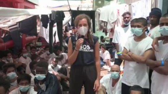 Pašeráci z francouzské neziskovky požadují okamžité vylodění nákladu téměř 600 ilegálů v Itálii (video)