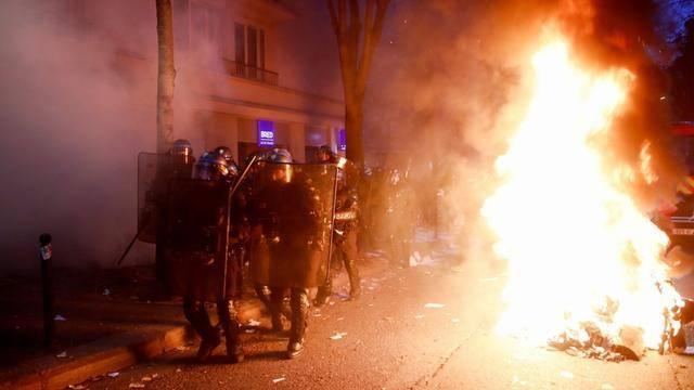 Noc násilných útoků v Paříži (videa)