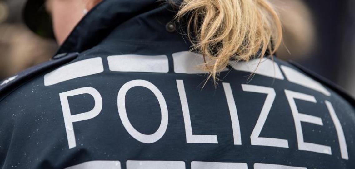 Německo: Údajně psychicky nemocný muž honil kolemjdoucí se sekyrou, policistka ho postřelila