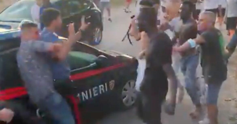 Itálie: Tlupa vetřelců napadla dva karabiniéry, oba skončili v nemocnici (video)