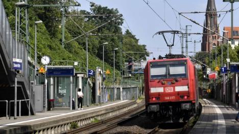 Afghánec se pokusil strčit 12letou Němku pod vlak