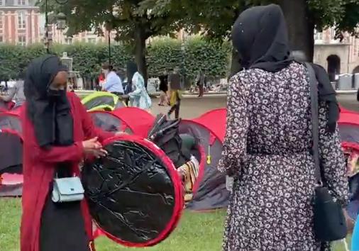 V centru Paříže opět stanují ilegálové, nyní požadují nejen byty a legalizaci pobytu, ale i halal stravu