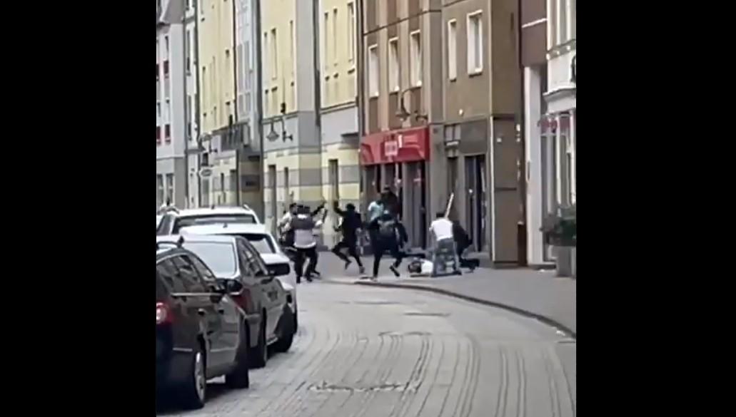 Podívejte se na pouliční boje Syřanů v ulicích německého města (video)