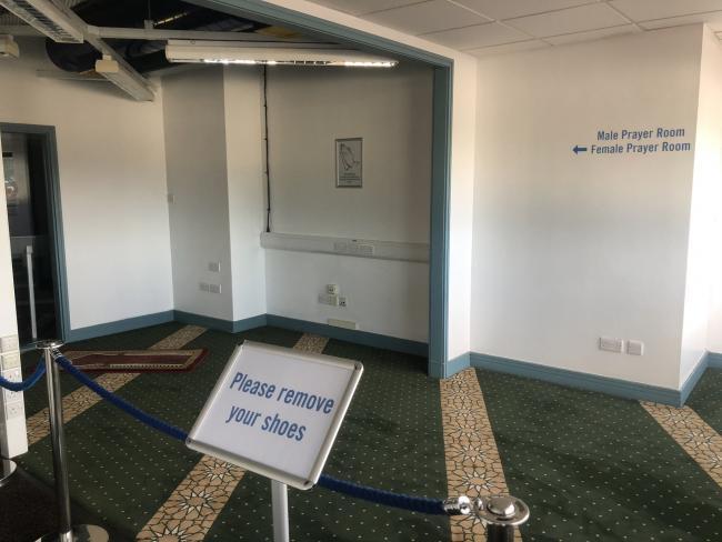 Na britských fotbalových stadionech přibývají modlitebny, kde se muslimové o pauze modlí
