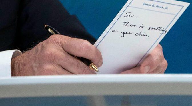 """""""Prezidente, máte něco na bradě"""" – slintající Biden v přímém přenosu (video)"""