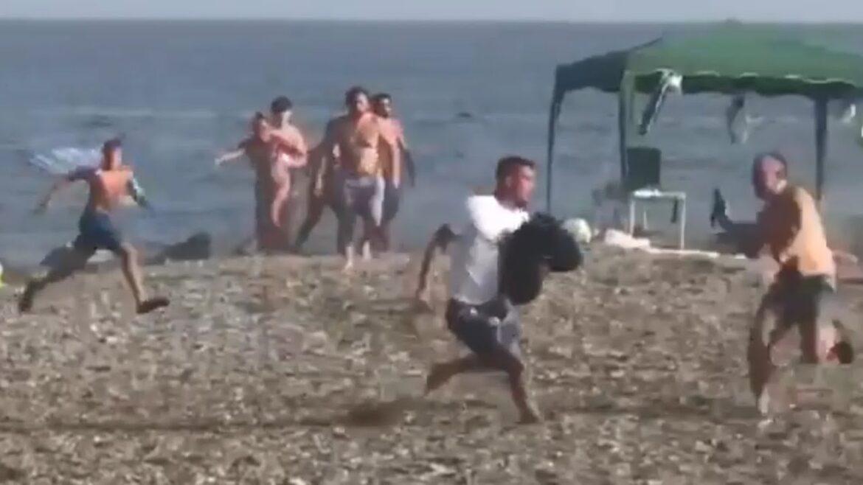 Podívejte se, jak na španělské pláži pomáhají koupající se lidé dopadnout dealera s balíkem hašiše (video)