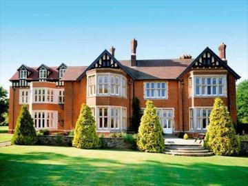 Britský luxusní hotel ruší rezervace svým klientům, mění se v migrační centrum (obrázky)