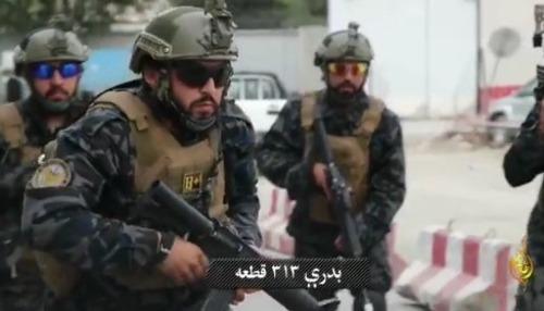 Podívejte se, jak Talibánci vyměnili jejich noční košile za americké vojenské uniformy (video)