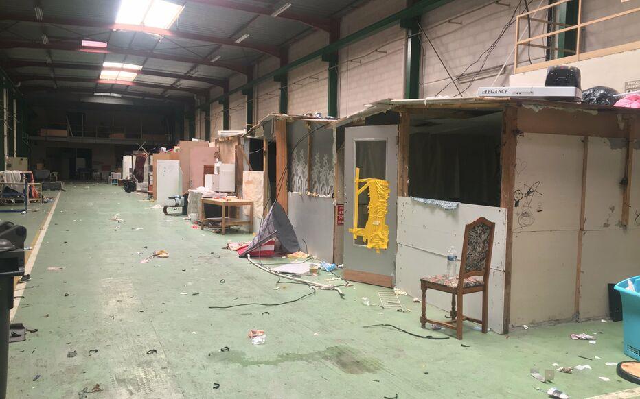 Francie: Zrekonstruovaný sklad a kanceláře v průmyslové zóně obsadilo 250 cikánů, prostory totálně zdevastovali