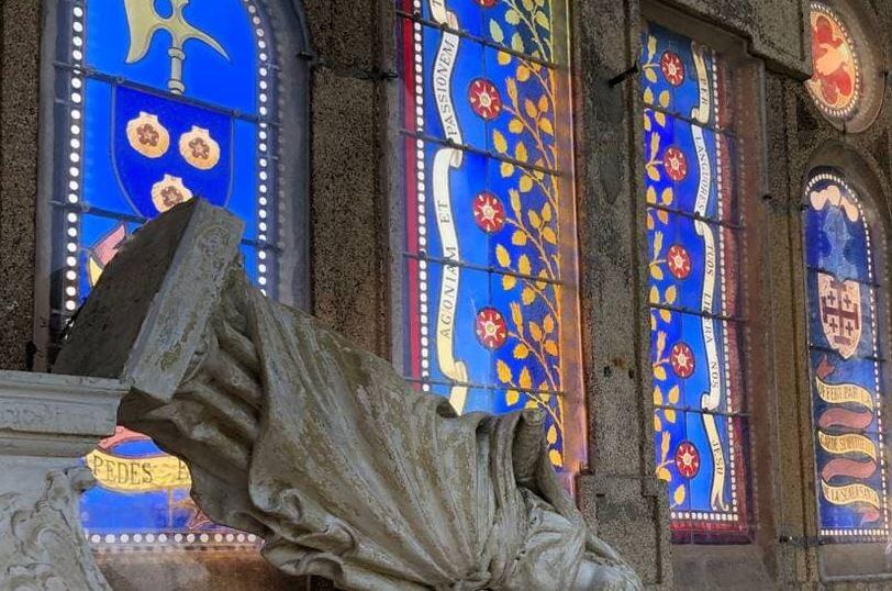 Francie: V dalším kostele byla nalezena poničená socha Panny Marie