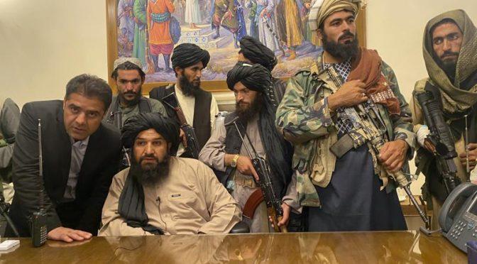 Proč nechalo NATO na svých základnách v Afghánistánu funkční zbraně a vojenskou techniku? (videa)
