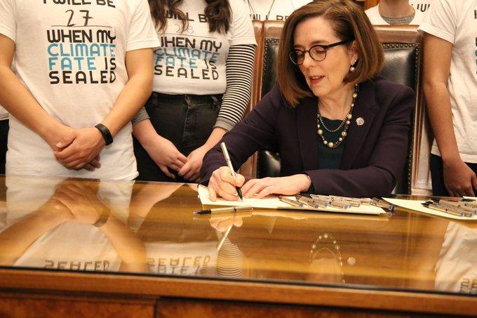 V Oregonu podepsali návrh zákona, podle něhož není třeba pro absolvování střední školy znalost čtení, psaní a počítání