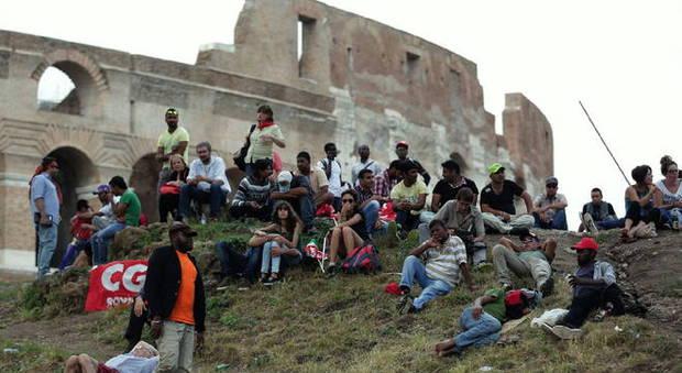 U římského Kolosea bivakují invazisté; jeden vyhrožuje, že někoho zabije (video)
