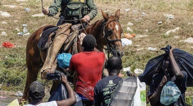 USA: Problémy s Haiťany na hranicích i v deportačním letadle, kde zbili piloty i migrační úředníky (video)
