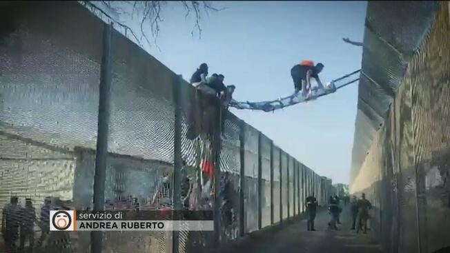 Itálie: 30 Severoafričanů se snažilo utéct z karanténního centra, porvali se s policisty, jednoho zranili