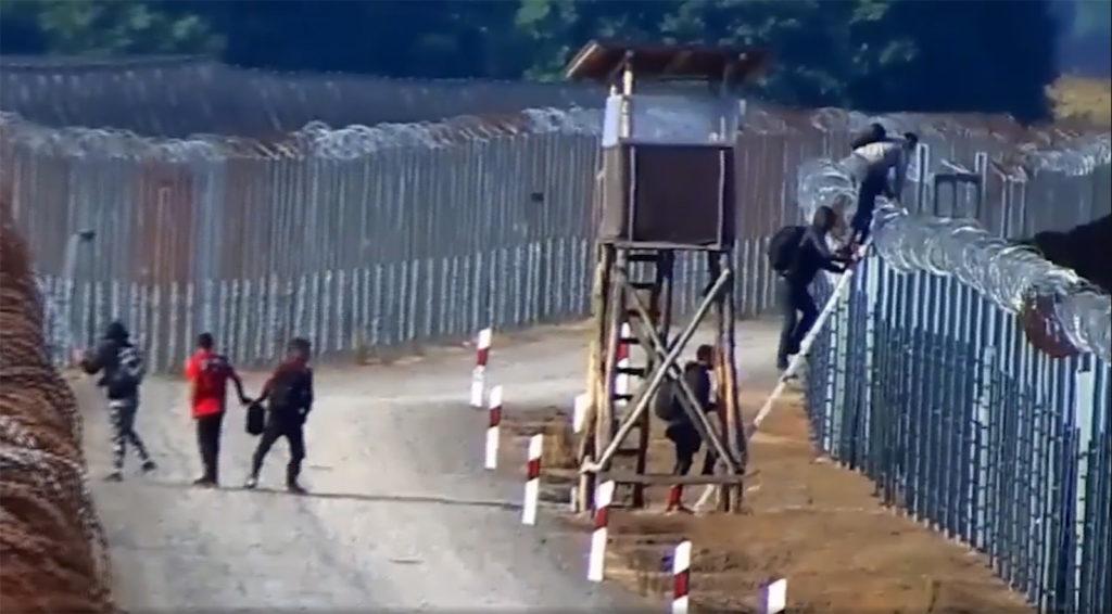 Invazisté přelézají ploty ze Srbska do Maďarska (video)