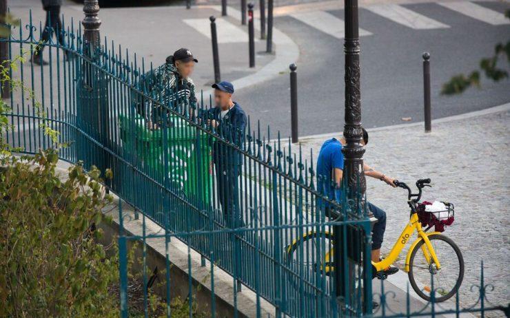 """Paříž: Dva """"sirotci bez doprovodu"""" kvůli kabelce utloukli 88letou ženu před očima jejího 10letého vnuka"""